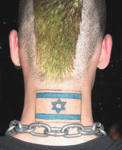 [Foto: Nacken eines jungen Manns mit tätowierter Israel-Flagge und grünem Irokesenschnitt]